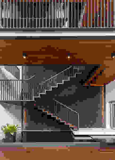 Courtyard House ming architects Modern corridor, hallway & stairs