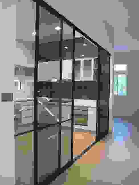 台南(陳公館)新建住宅 現代廚房設計點子、靈感&圖片 根據 三月室內裝修設計有限公司 現代風