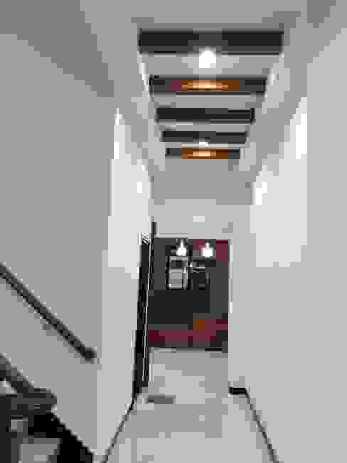 Modern Corridor, Hallway and Staircase by 勝暉建築工程行 Modern