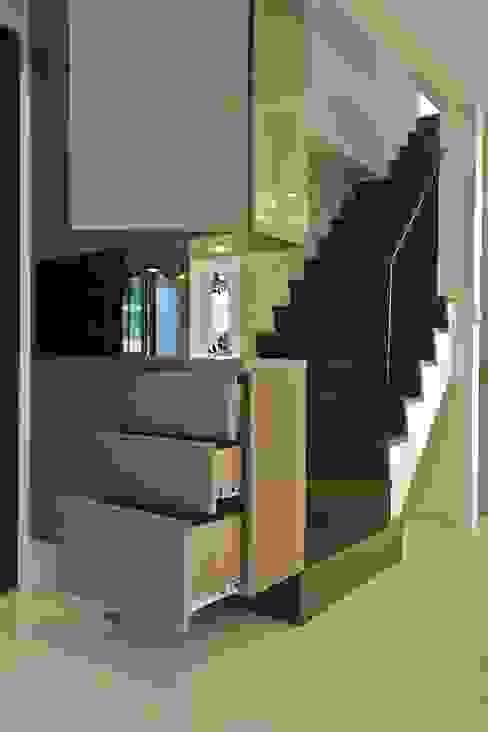 Modern Corridor, Hallway and Staircase by 觀林設計 Modern