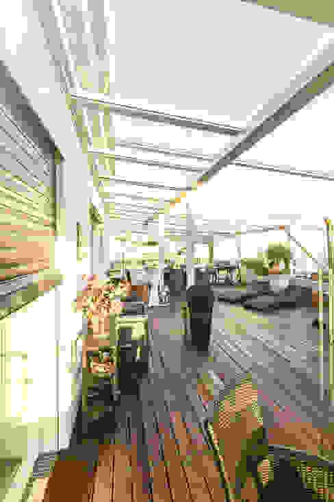 Dachverglasung über den Dächern von Linz in Alu und Glas Moderner Balkon, Veranda & Terrasse von Schmidinger Wintergärten, Fenster & Verglasungen Modern Glas
