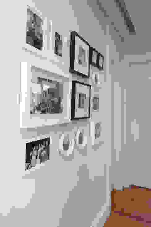 Danyela Corrêa Arquitetura Modern corridor, hallway & stairs Wood-Plastic Composite White