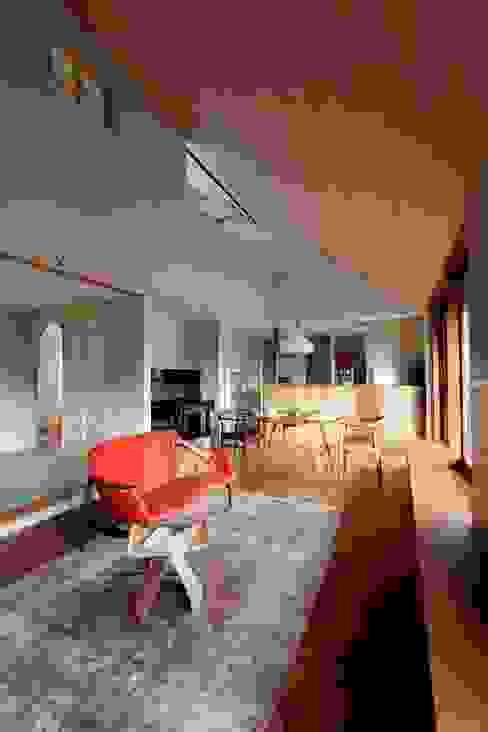 HOUSE IN CHIYOGAOKA: Mimasis Design/ミメイシス デザインが手掛けたリビングです。,