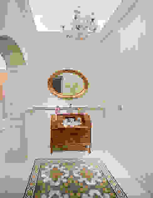 de feudis infissi e porte in legno, arredamento su misura Classic style corridor, hallway and stairs Wood Beige