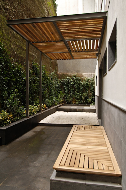 Balcones y terrazas de estilo ecléctico de Mobiliario y Equipo MEE Ecléctico
