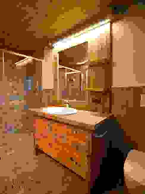 Rustic style bathroom by Falegnameria Galli Rustic