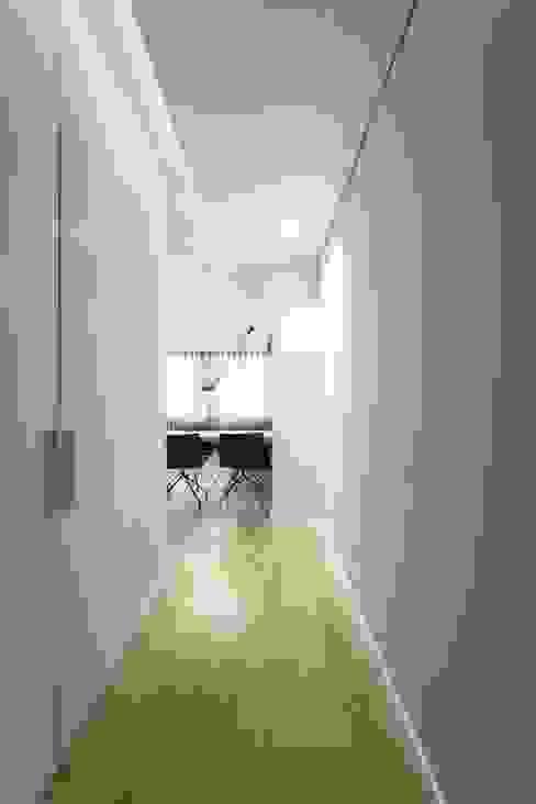 Pasillos, vestíbulos y escaleras escandinavos de PAULO MARTINS ARQ&DESIGN Escandinavo