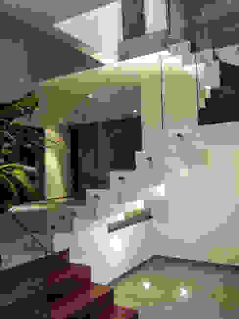 Estilo Homes Pasillos, vestíbulos y escaleras minimalistas Vidrio
