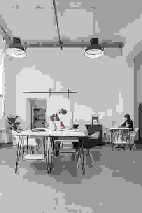 Zona ufficio dopo:  in stile industriale di Lascia la Scia S.n.c., Industrial
