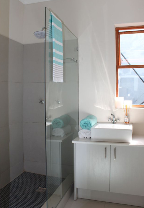 CLARENCE STREET:  Bathroom by Covet Design, Classic