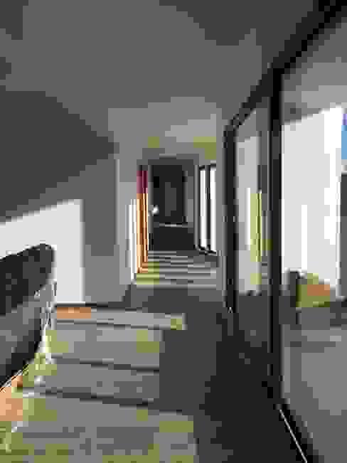 pasillo hacia patio de juegos.: Pasillos y hall de entrada de estilo  por Vinci studio
