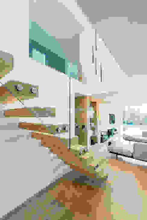 White Oaks Open Stairs Pasillos, vestíbulos y escaleras modernos de Barc Architects Moderno Madera maciza Multicolor