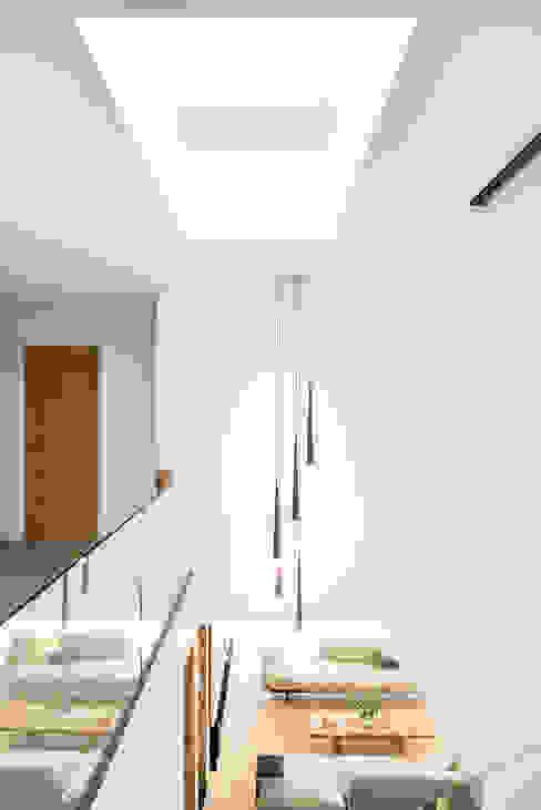 White Oaks Staircase Corredores, halls e escadas modernos por Barc Architects Moderno