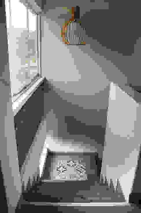 malu goni Коридор, прихожая и лестница в рустикальном стиле
