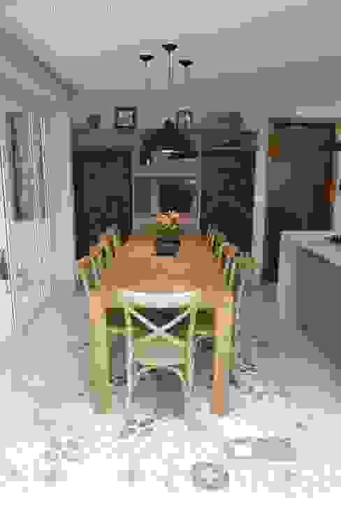 Modern Kitchen by Angelica Hoffmann Arquitetura e Interiores Modern