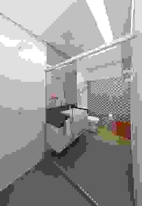 Baños de estilo  por DTE Arquitetura,
