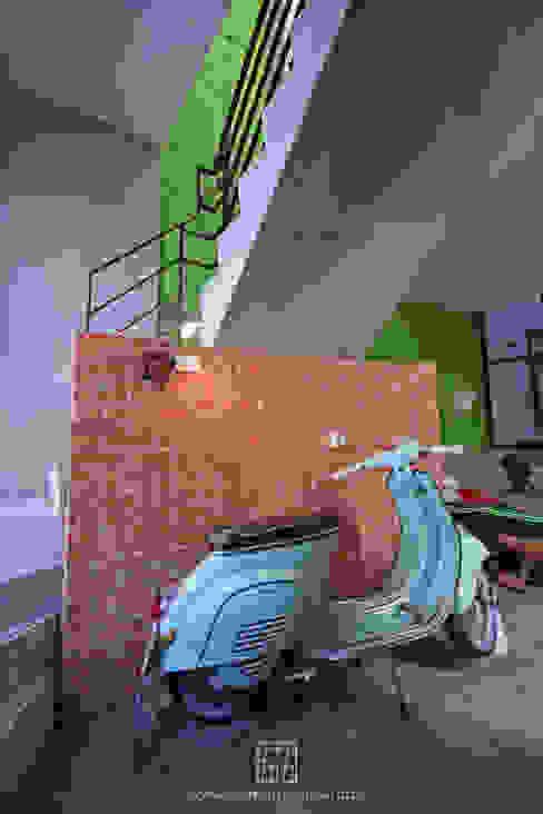 Industrialny korytarz, przedpokój i schody od 協億室內設計有限公司 Industrialny