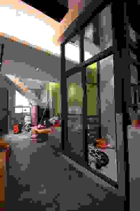 Salas / recibidores de estilo  por 協億室內設計有限公司,