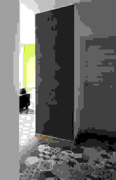 VISTA SOGGIORNO DALL'INGRESSO Ingresso, Corridoio & Scale in stile eclettico di Luigi Brenna Architetto Eclettico Ceramica
