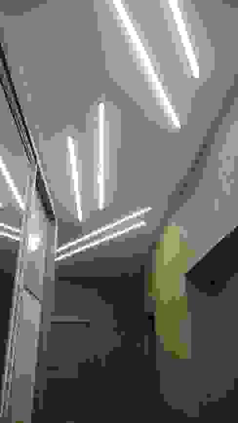 الممر الحديث، المدخل و الدرج من Студия интерьерного дизайна happy.design حداثي