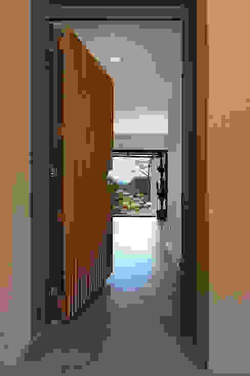 Création Maison / Le Beausset Atelier Jean GOUZY Couloir, entrée, escaliers méditerranéens