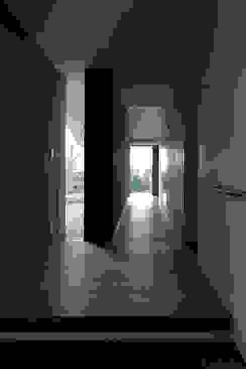 Corridor & hallway by 森裕建築設計事務所 / Mori Architect Office