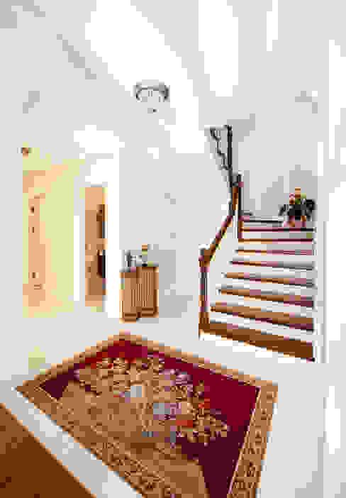 Couloir, entrée, escaliers classiques par Öykü İç Mimarlık Classique
