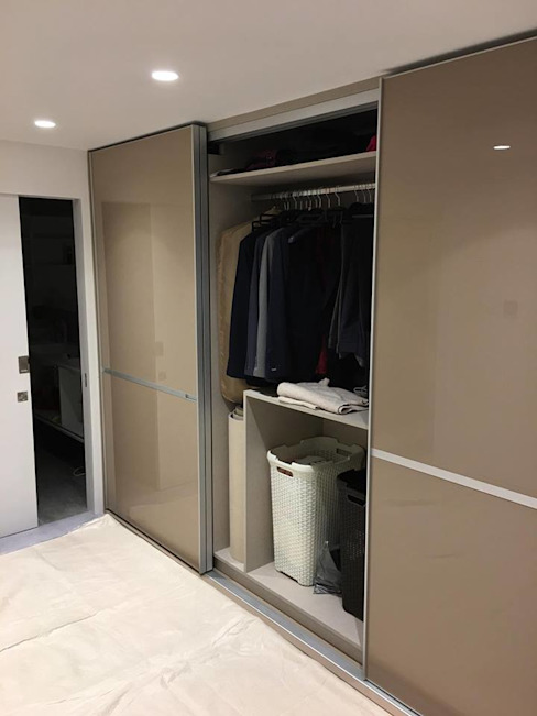 Fitted sliding door wardrobe - Minimalist Style Sliding Doors por Kleiderhaus ltd Moderno