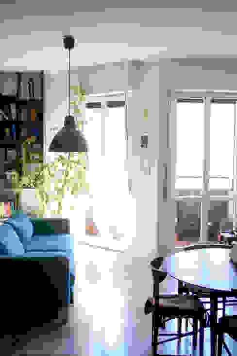 Soggiorno con ampie finestre Atelier delle Verdure Soggiorno moderno Blu