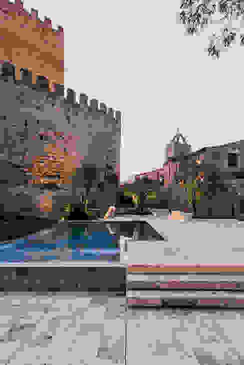 Castillo de Peratallada, Girona MESURA Piscinas de estilo moderno