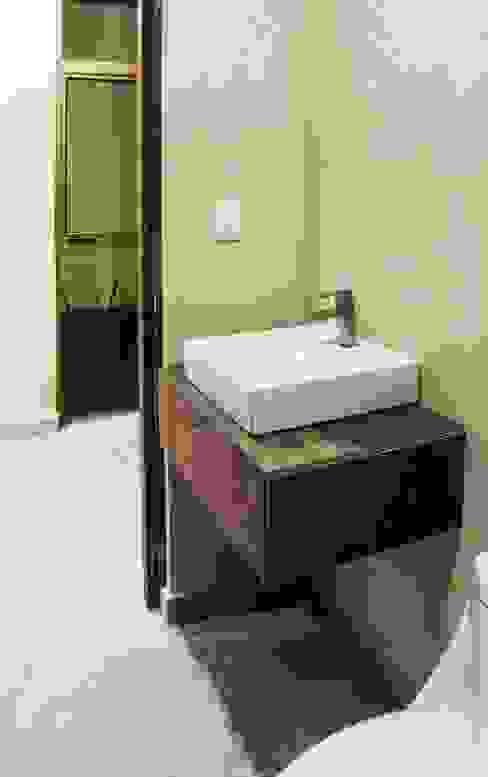 Modern bathroom by MOVE Arquitectos Modern