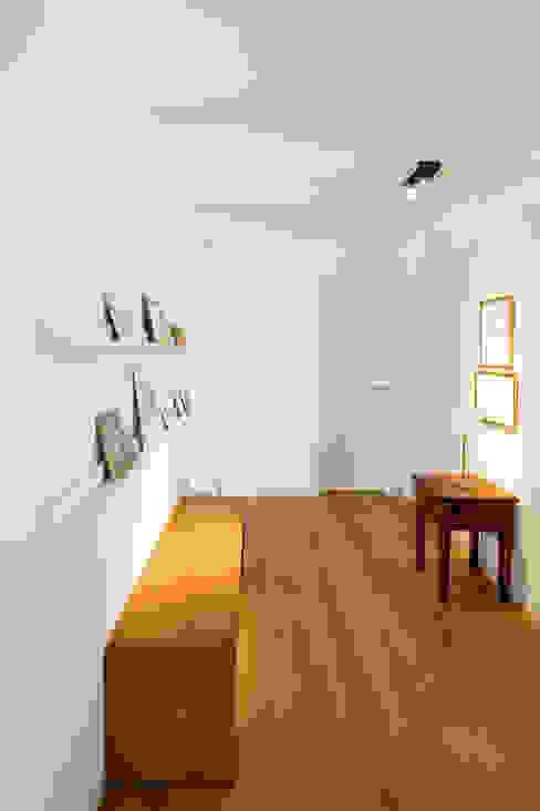 Flur Ferreira | Verfürth Architekten Moderner Flur, Diele & Treppenhaus Holz Weiß