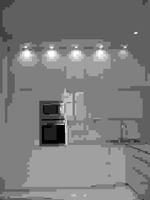 cucina e le armadiature per varie apparecchiature : frigo verticale, forno, microonde, lavastoviglie orizzontale e lavello d'angolo Studio arch. Orban Agota Cucina moderna