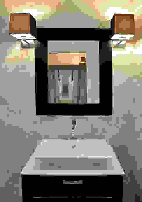 Apartment Renovation Phòng tắm phong cách hiện đại bởi homify Hiện đại Đá hoa