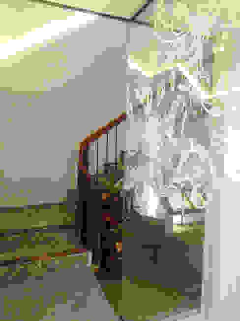 Diseño de zona de NO TRABAJO y acceso a planta primera Pasillos, vestíbulos y escaleras de estilo moderno de A interiorismo by Maria Andes Moderno Vidrio