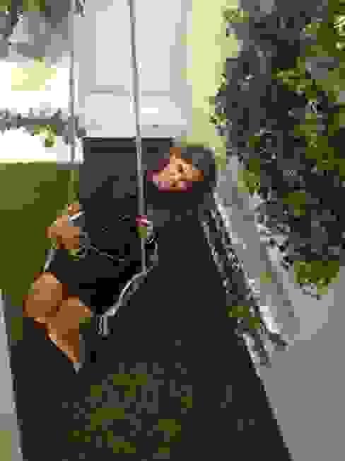 Diseño de jardin interior y columpio en zona de Relax. Zona de Ofice. Pasillos, vestíbulos y escaleras de estilo moderno de A interiorismo by Maria Andes Moderno Bambú Verde