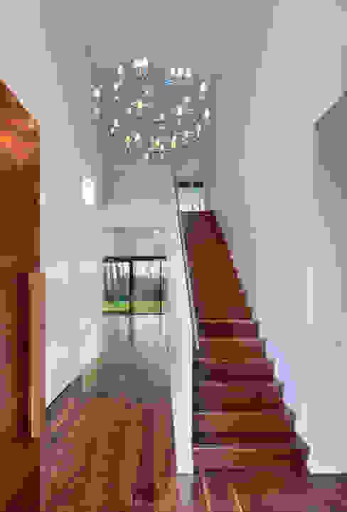 trappenhuis Moderne gangen, hallen & trappenhuizen van VAN ROOIJEN ARCHITECTEN Modern Hout Hout