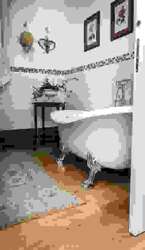 Casa in bioedilizia casa&stile interior design e ristrutturazioni Bagno in stile classico Piastrelle Bianco