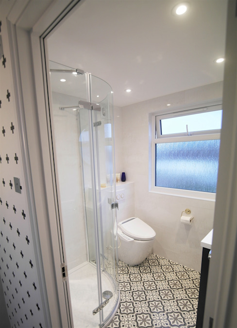 Twickenham:  Bathroom by Patience Designs,