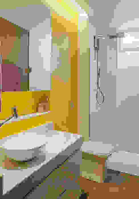 BANHEIRO homify Banheiros modernos Concreto Amarelo