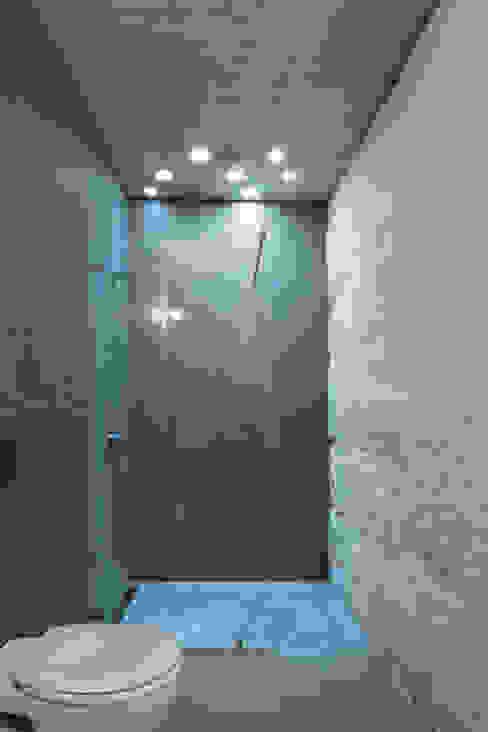 Bathroom by a*l - alexandre loureiro arquitectos, Minimalist