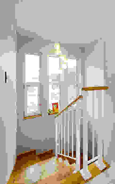 Corridor & hallway by homify, Modern