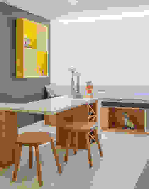 Cantinho da sala Botti Arquitetura e Interiores-Natália Botelho Adegas modernas MDF Amarelo