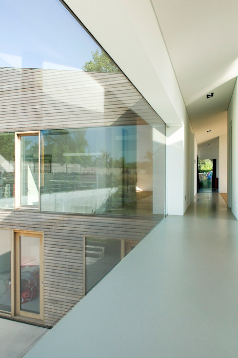 Woonhuis P Moderne gangen, hallen & trappenhuizen van WillemsenU Modern