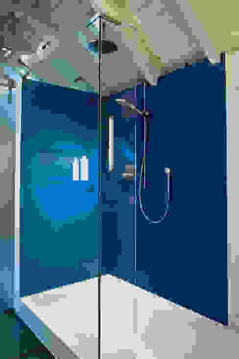 Walk-In-Dusche im blauen Bad Moderne Badezimmer von raum.4 - Die Meisterdesigner Modern
