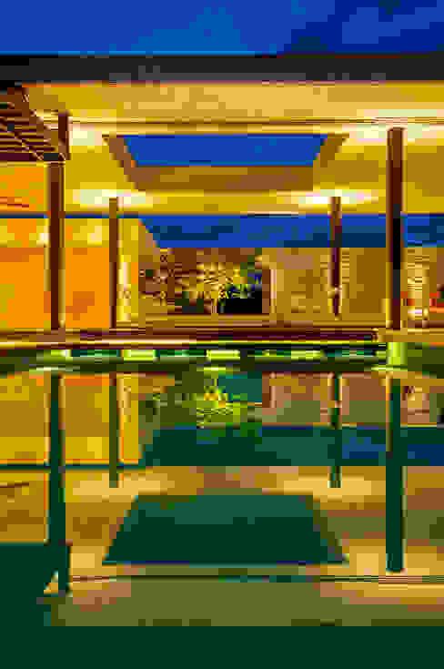 Piscina Piscinas de estilo moderno de Arquitectura en Estudio Moderno Azulejos