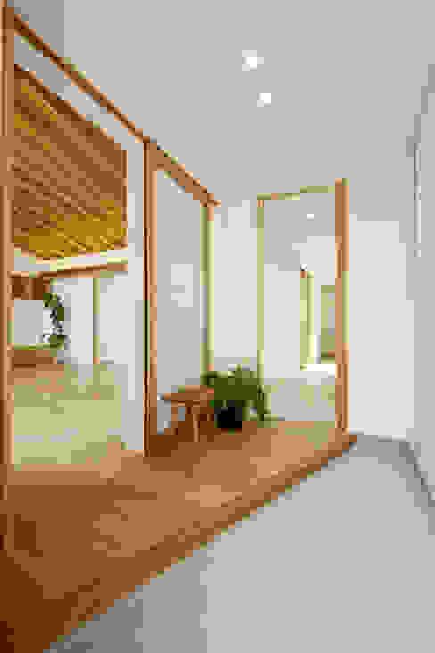 現代風玄關、走廊與階梯 根據 スタジオグラッペリ 1級建築士事務所 / studio grappelli architecture office 現代風