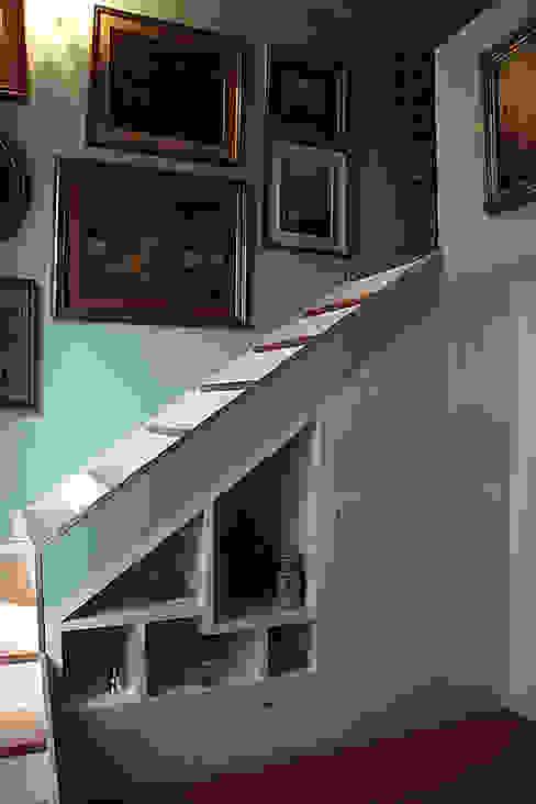 Couloir, entrée, escaliers classiques par Giorgio Gravina Classique