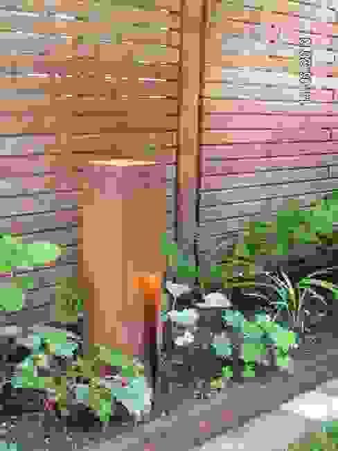 Die Leuchten passen zum Corten-Stahl der Sichtschutz-Elemente und gleichermaßen zum Lärchenholz. wilhelmi garten- und landschaftsarchitektur Klassischer Garten