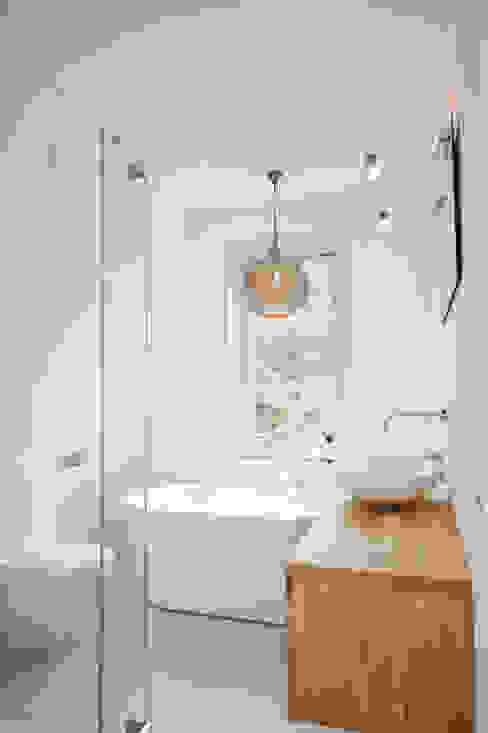 Badkamer onder een schuin dak JO&CO interieur Moderne badkamers Wit